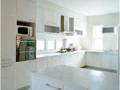 如果开放式厨房是餐厨客一体式的,就要考虑客厅,餐厅的家具与