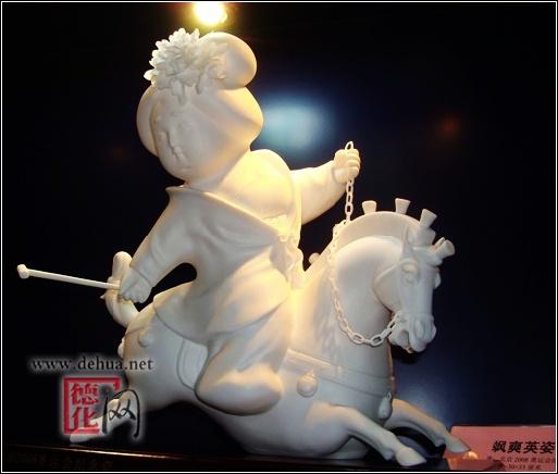 """鄭婷婷/圖   由國際奧委會及中國奧委會主辦,北京奧組委支持的""""2008奧林匹克美術大會""""將于8月11日-19日在北京中國國際展覽中心舉行。瓷都德化6套瓷雕作品入選大會參展,作品創作者陳仁海也作為40多個國家和地區的50名杰出藝術家之一應邀出席開幕式。  鄭婷婷/圖   入選的6套2008奧運會紀念瓷雕是陳仁海以奧運文化為創作元素設計的,分別是象征""""同一個世界,同一個夢想""""的《奧運和鼎》;鐫刻著篆體字的35種體育項目以及中國印、福娃的魚形鼎《百年圓夢》;鳳"""