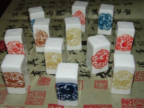 《十二生肖陶瓷印章》采用高档瓷器材料,制作讲究,胎土淘洗...