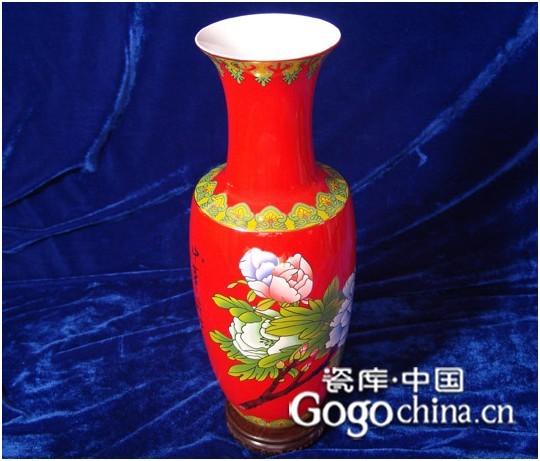 """相信很多人家里都有收藏红瓷的瓷器,红瓷的颜色非常鲜艳,而红色又是代表中国,所以红瓷的瓷器是非常有中国味的,今天瓷库中国小编为大家介绍一下什么是红瓷。  图:中华盛世中国红花瓶   """"中国红""""因其瓷种独特、工艺复杂、制作难度大而受到各方的好评,产品相当高档。故宫博物馆曾收藏了一件""""中国红""""瓷器产品——一座1米高的""""箭筒 """",并评价""""中国红""""""""代表了该领域的最高水平&rdqu"""