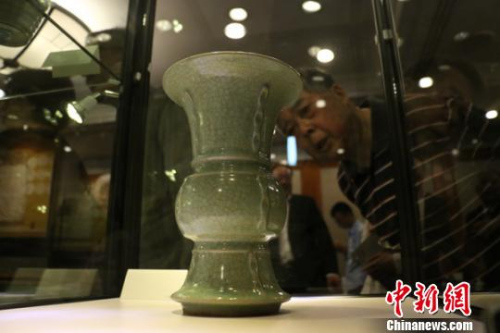 古热博体育官方网站爱好者在参观展出的南宋龙泉冰裂纹出戟尊。