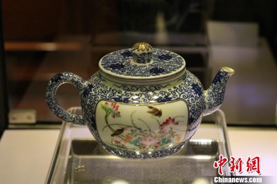 展出的清乾隆年间粉彩青花开光花鸟纹描金茶壶。