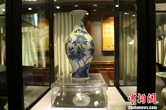 展出的清朝雍正年间青花山石桃花纹橄榄瓶。
