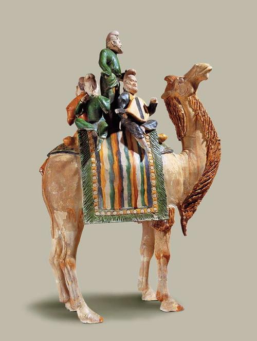 唐三彩骆驼载乐俑_盛世的华丽——隋唐五代时期的工艺_中华陶瓷网