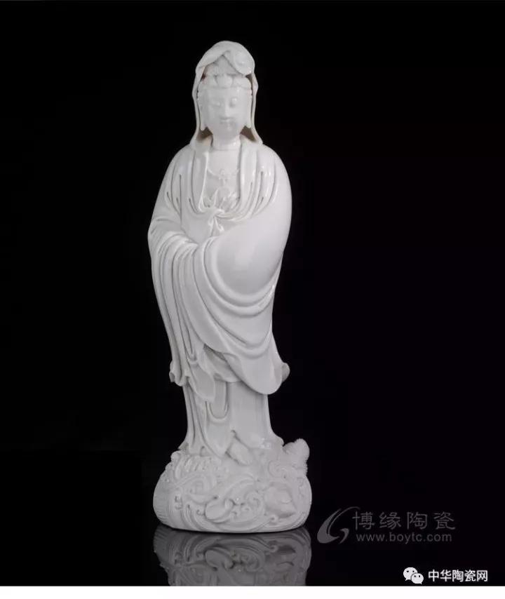 在中国的传统艺术领域,每一个门类、每一个时期都会诞生一两位标杆性的人物成为一种艺术血统的标志,如清代印石钮雕之杨玉璇、竹刻浮雕之吴之璠、近代紫砂之顾景舟等等,而在德化白瓷,明代中期巅峰期的标志人物便是何朝宗(1522-1600)。   何朝宗是德化窑瓷塑的代表人物,他主要活动在明朝嘉靖、万历年间。何朝宗非常注重自己作品的艺术性,不是成熟的作品,决不轻易烧制,所以何朝宗的传世作品较少,作品以达摩、观音、罗汉等佛教人物居多。 其中《渡海观音》是明代何朝宗瓷塑艺术的经典作品之一。其作品被收藏于北京故宫博物院